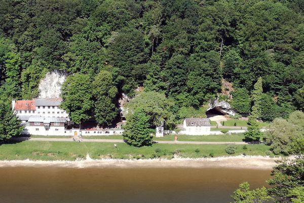 Blick vom Aussichtspunkt Wieserkreuz auf die Einsiedelei Klösterl bei Kelheim