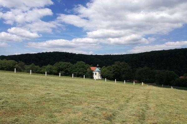 Blick zur Frauenbergkapelle in Weltenburg
