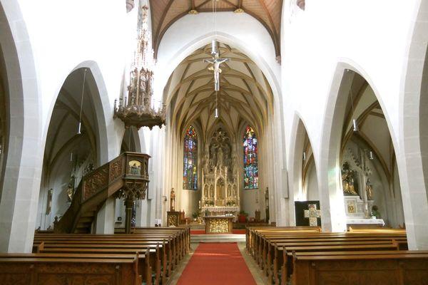 Innenansicht mit Altar der Stadtpfarrkirche Mariä Himmelfahrt in Kelheim