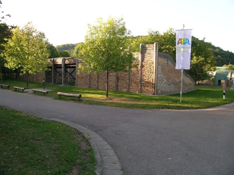 keltisches Stadttor an der Schleuse in Kelheim-Grondsorf