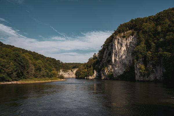 Der Donaudurchbruch mit bis zu 70 Meter hohen Kalkfelsen