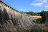 Die alte, wuchtige Staumauer der Kerspetalsperre