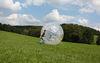 Mit dem Zorbingball die Wiesen hinuter