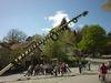 Mit Muskelkraft wird der Maibaum in Kirchberg i. Wald aufgestellt