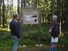 Wanderer an einer Info-Tafel auf dem Naturerlebnispfad im Todtenauer Moor