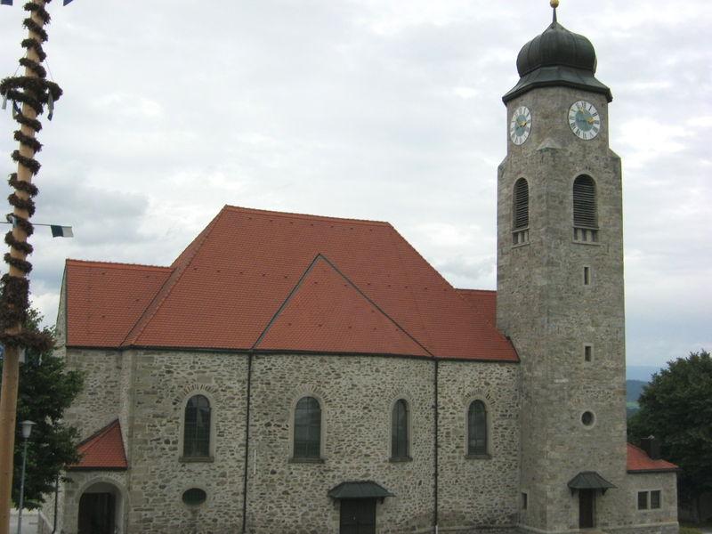 Blick auf die Pfarrkirche MARIÄ HEIMSUCHUNG in Untermitterdorf