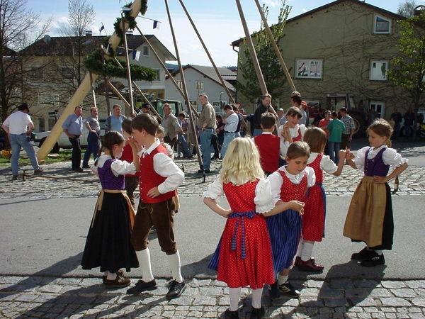 Kindertanz mit dem Trachtenverein Gotthardsbergler beim Maibaumaufstellen in Kirchberg i. Wald