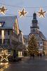 Weihnachtsbaum und Adventskalender am Kirchheimer Rathaus