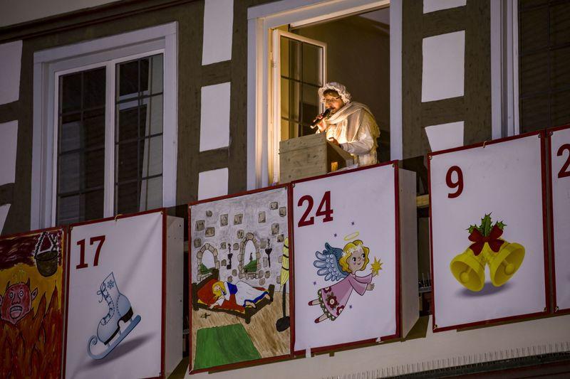 Frau Holle liest beim Adventskalender am Kirchheimer Fachwerkrathaus