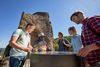 Besucher auf dem Aussichtsplateau der Kirkeler Burg