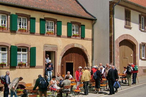 Jakobspilger vor Heimatmuseum Auersacher, Altes Bauernhaus