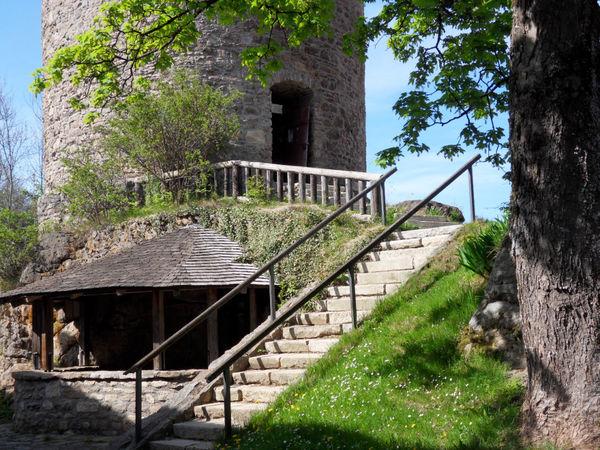 Aufstieg zum Burgturm der Burgruine Kollnburg im Bayerischen Wald