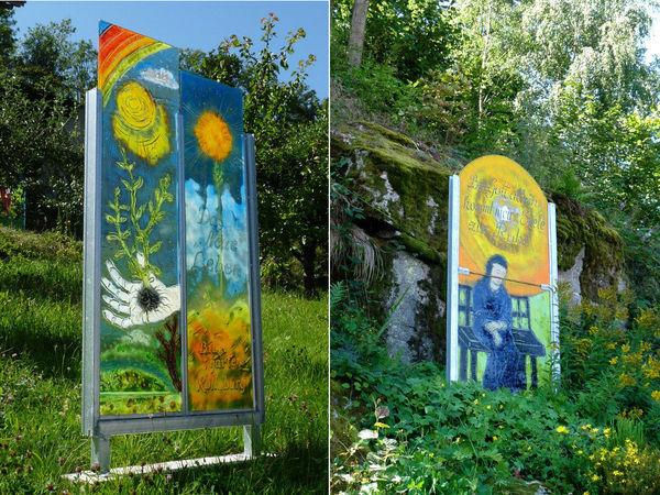 Imposante Glastafeln am Meditationsweg im Pfarrgarten in Kollnburg