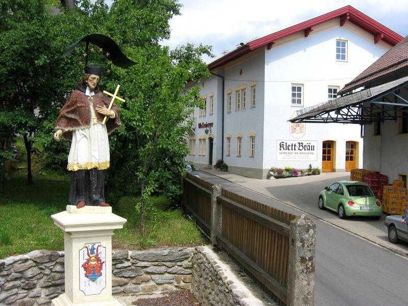 Blick auf das St. Nepomuk-Denkmalund den Klett-Bräu in Konzell