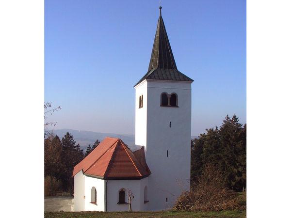Blick auf das Gallnerkirchlein auf dem Gallner bei Konzell im Bayerischen Wald