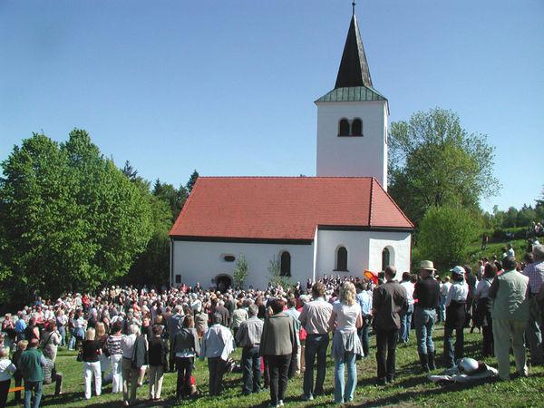 Gläubige bei der Bergmesse um die Gallnerkirche zum Gallnerbergfest am Pfingstmontag