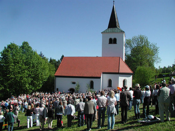 Gläubige vor dem Gallnerkirchlein