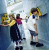 Kinder an den Fühlkästen im Museum