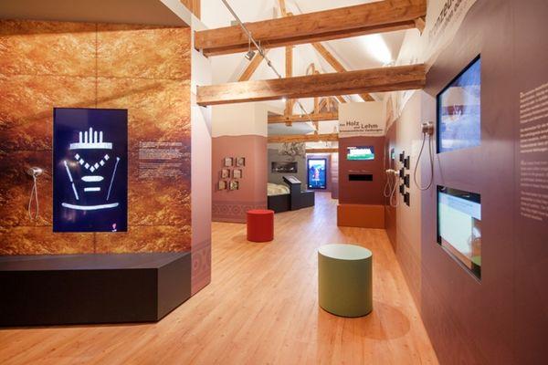 Im Ausstellungsraum des Bronzezeit Bayern Museums