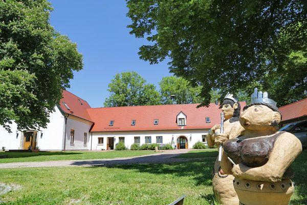 Skulpturen vor dem Bronzezeit Bayern Museum in Kranzberg