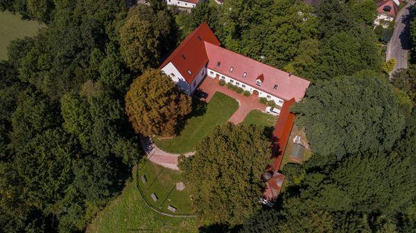 Luftaufnahme vom Bronzezeit Bayern Museum auf dem Pantaleonsberg in Kranzberg