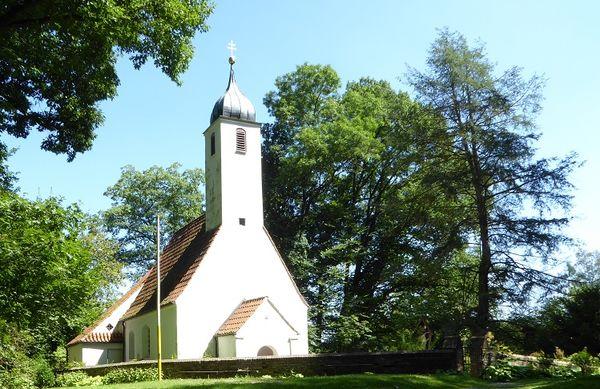 Frontansicht der Waldkirche St. Clemens im Kranzberger Forst