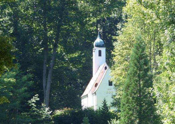 Rückansicht der Waldkirche St. Clement im Kranzberger Forst
