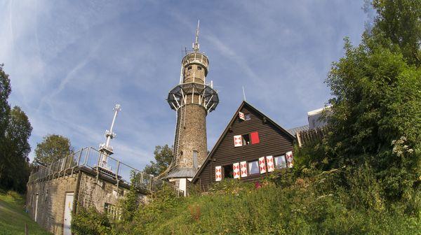 Blick auf den Kindelsbergturm, das Wahrzeichen der Krombacher Brauerei