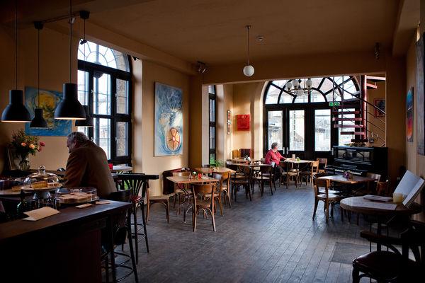 Café Basico im ehemaligen Lokschuppen (Foto: Alexander Kiß)