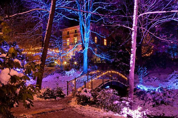 Beleuctung zum Weihnachtsmarkt, im Vordergrund der alte Hohlweg der