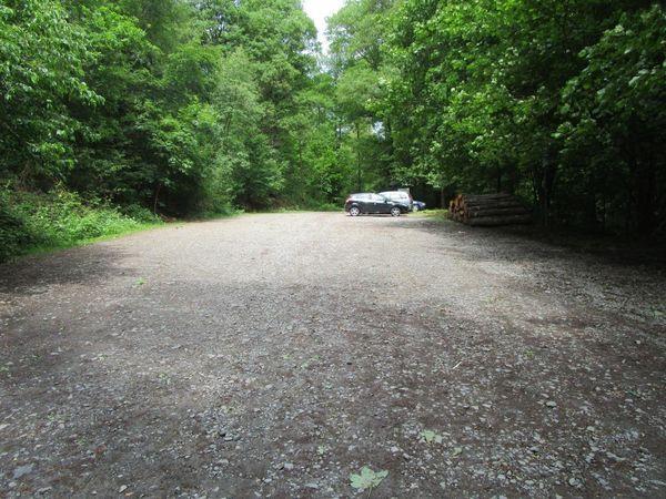 Viel Parkfläche steht am Wanderparkplatz bereit.
