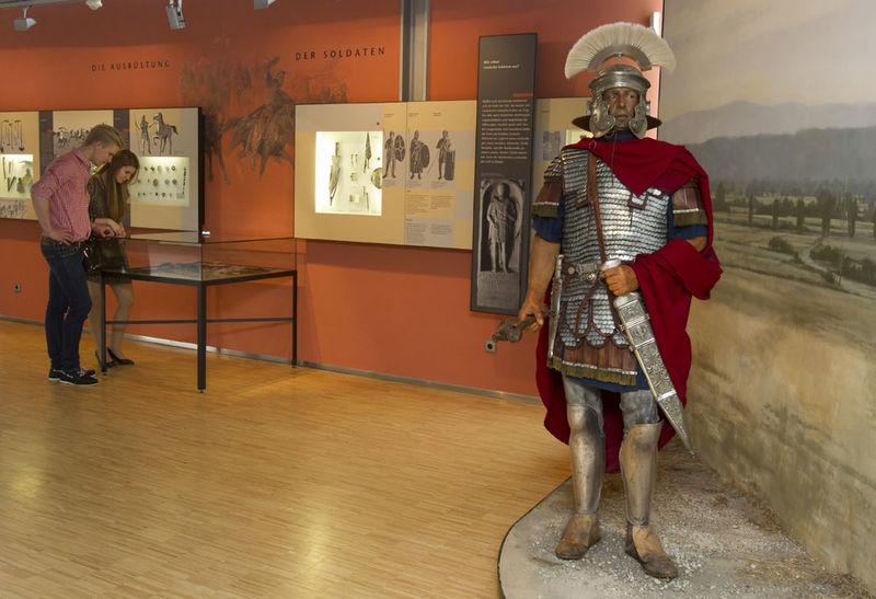 Anschauliche Geschichte: Lebensgroßer römischer Zenturio