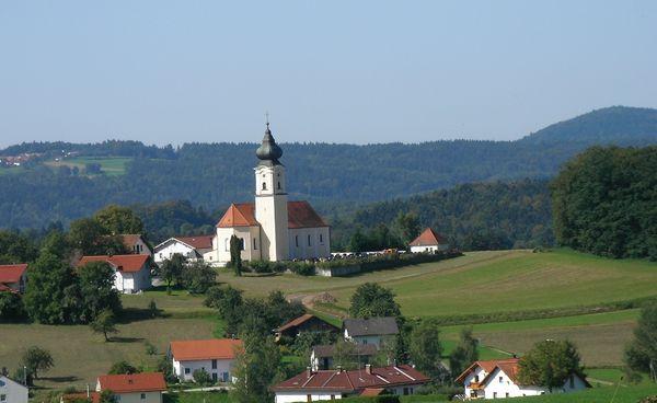 Blick auf die Pfarrkirche in Lalling im Bayerischen Wald