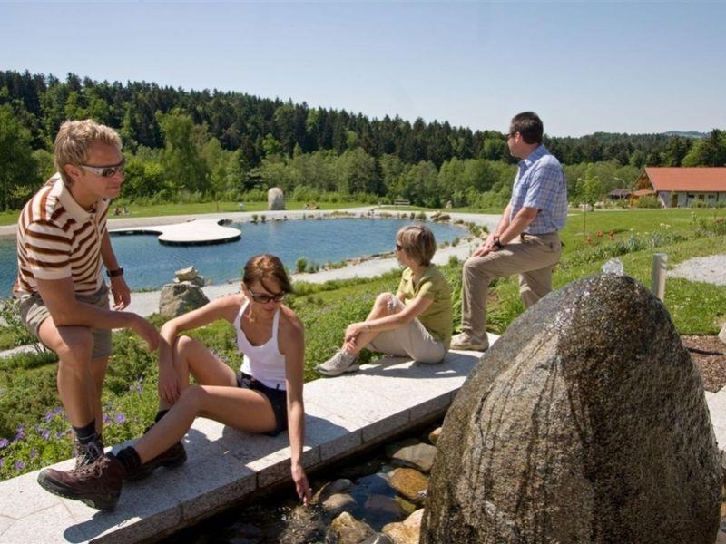 Wanderer entspannen sich im Feng-Shui-Kurpark in Lalling im Bayerischen Wald