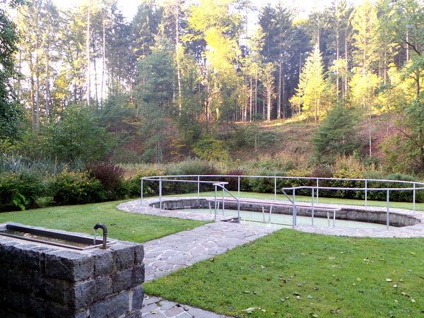 Blick auf die Kneipp-Anlage am Steinbruchsteig bei Lalling im Bayerischen Wald