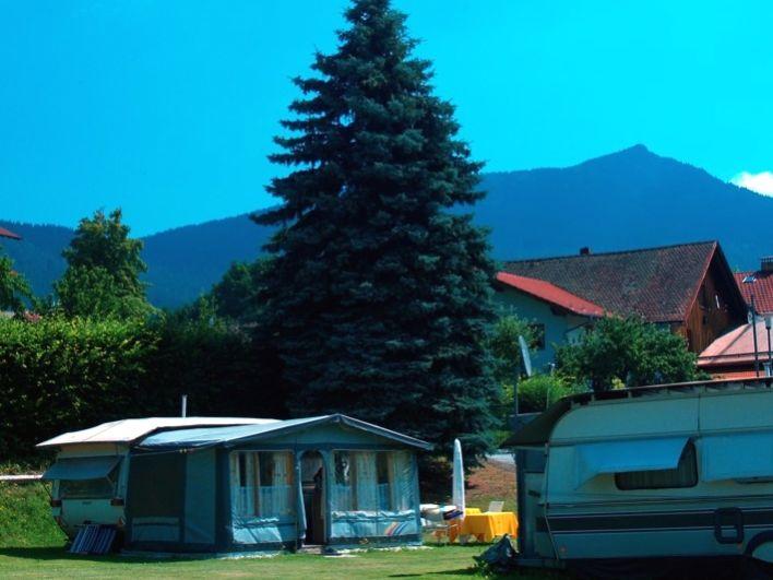 Der Campingplatz in Lam mit Blick zum Grenzberg Osser