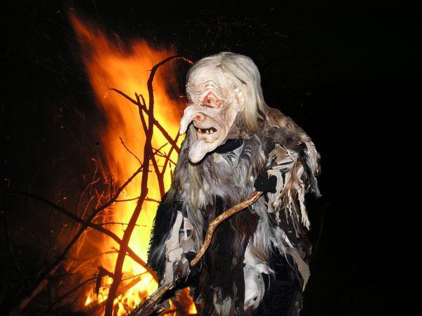 Hexe vor dem Feuer bei der Engelshütter Hexennacht im Lamer Winkel