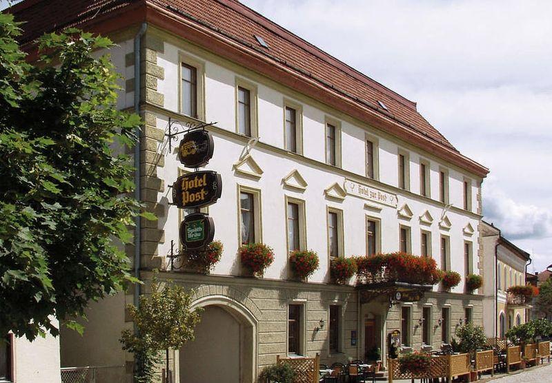 Blick auf das Hotel zur Post im Luftkurort Lam