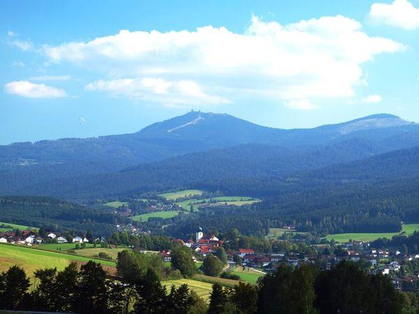 Lam - eine Heimat auf Zeit  Unberührte Wälder, kristallklare Bäche und eine Luft bei der sich das Durchatmen noch lohnt - Landschaften wie den Lamer Winkel im Naturpark Oberer Bayerischer Wald gibt es nicht mehr viele. Kein Wunder also, dass er zu den meistbesuchten Ferienorten im Bayerischen Wald zählt.
