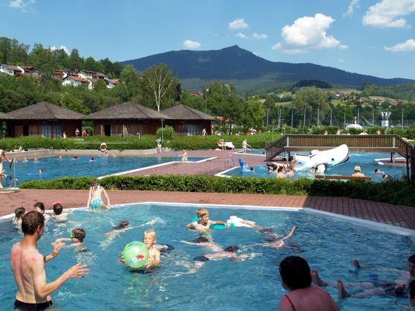 Badespaß im Lamer Osserbad mit Blick zum Grenzberg Osser im Bayerischen Wald