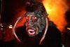 Furchterregender Dämon vor dem Wintersonnwendfeuer bei der Lamer Rauhnacht