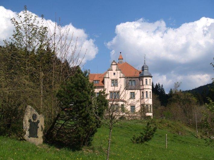 Blick auf das Märchen- und Gespensterschloss Lambach im Naturpark Oberer Bayerischer Wald