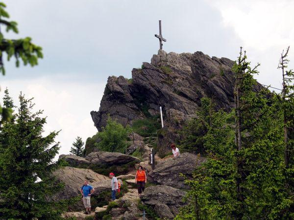 Wanderer auf dem Osser zwischen Lam und Lohberg an der tschechischen Grenze