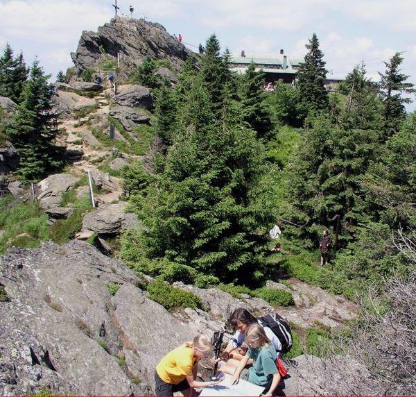 Blick zum Gipfelkreuz auf dem Großen Osser