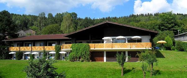 Blick auf das Hotel Haus am Berg im Lamer Winkel