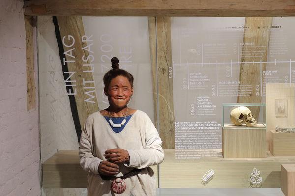 Lisar, eine lebensechte Figur aus der Jungsteinzeit im Kastenhof Landau