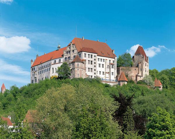 Die Burg Trausnitz liegt oberhalb der Stadt Landshut