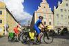 Vorbei an den bunten Häusern der Stadt Landshut