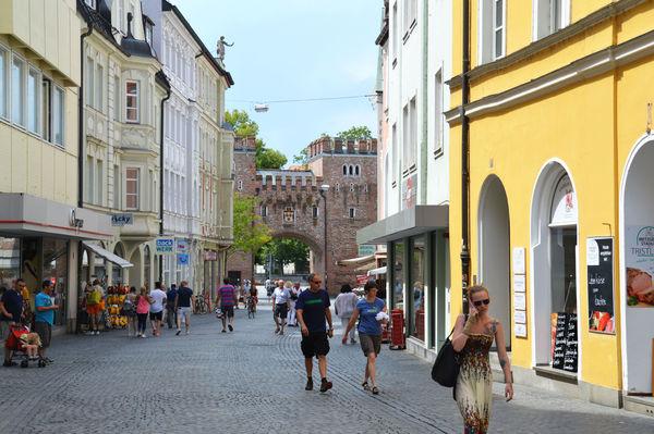 Einkaufsstraße mit Ländtor