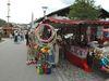 Umfangreiches Warenangebot an den Ständen beim Kirchweihfest in Langdorf